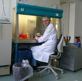 Claus Rodemer forscht an einer Zellkulturbank. Auch Tierversuche hält er für unverzichtbar. (Bild: Claus Rodemer)